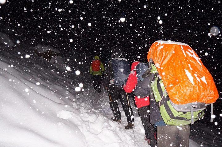 Đoàn người đi trong bão tuyết
