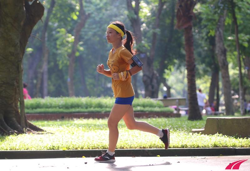Minh Khuê chạy bộ