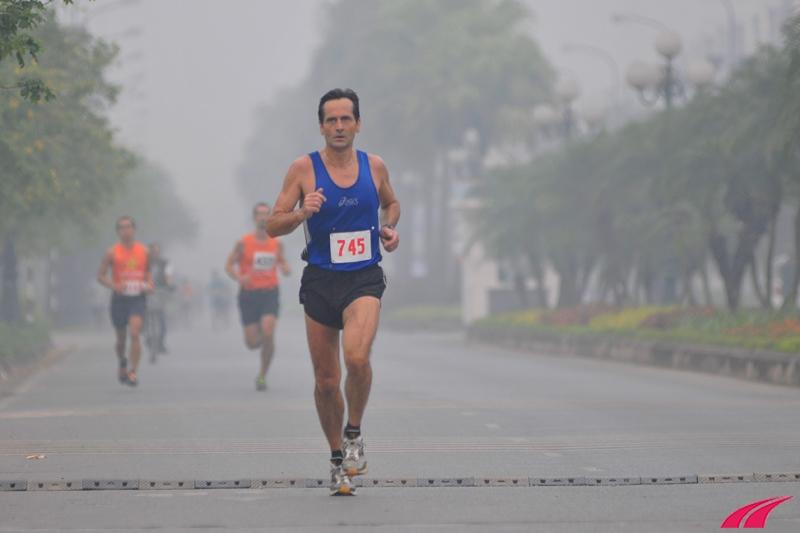 Các vận động viên khác bám đuổi theo sau. Trời mát nên tốc độ của đoàn đua khá nhanh