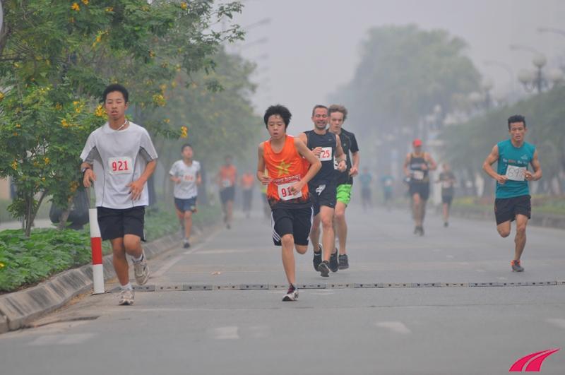 Các vận động viên nhí. Khu vực Ciputra đã được giới hạn các phương tiện giao thông, rất thuận lợi cho người chạy bộ