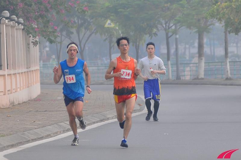 Cao Hà và Hugo Page đoạn chạy về gần công viên nước Hồ Tây. Còn cách đích khoảng 3 km, Cao Hà bắt đầu bứt tốc