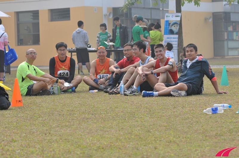 Anh em LDR chuyện trò sau giải chạy. Sông Hồng 2013 là giải chạy đầu tiên của nhiều thành viên LDR, sau sự kiện này cả nhóm càng thêm gắn bó và thân thiết, phong trào chạy bộ cũng phát triển mạnh mẽ hơn.