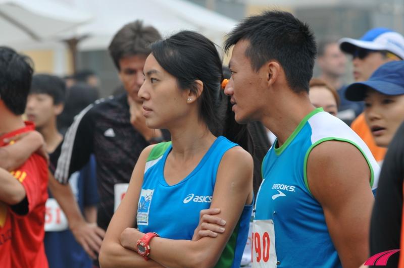Vợ chồng Rachel See đến từ Singapore. Rachel là một trong những elite của Singapore. Hai bạn này mặc đồng phục Singapore Standard Chatered Marathon, và đều chạy bằng Vibram