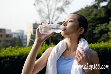 Uống nước lạnh khi chạy có gây ra chuột rút