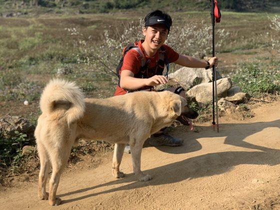 Cam chạy theo vợ chồng chị Hạnh Nguyễn từ vạch xuất phát đến tận CP7