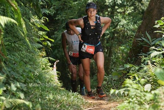 Hisashi (phía sau) suýt chút nữa bị Veronika qua mặt ở Vietnam Jungle Marathon (Pù Luông, Thanh Hóa). Ảnh: Asia Trail Master