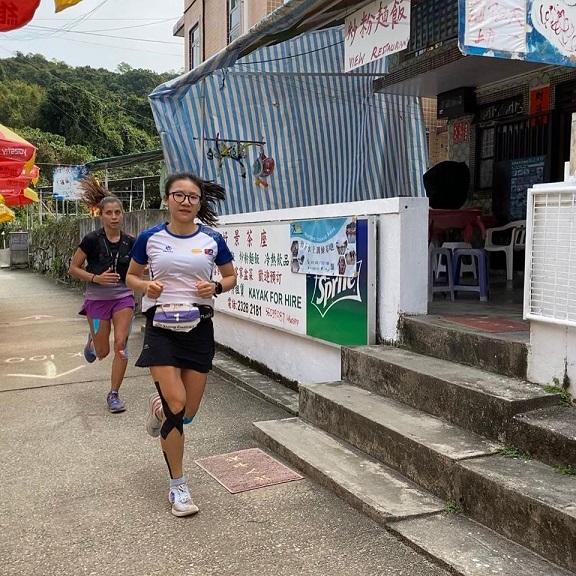 """Nhà vô địch HK100 Xiang Fuzhao bị Veronika """"dí"""" ở những checkpoint đầu. Ảnh: HK100"""