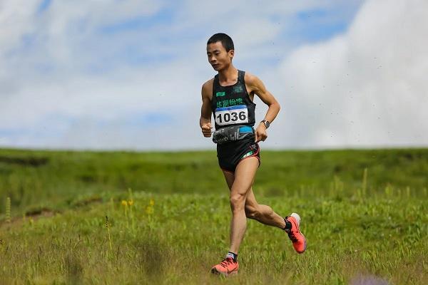 You Peiquan trên đường giành chiến thắng trong một giải chạy đường núi ở Qinghai mặc dù anh sống ở phố thị bằng phẳng