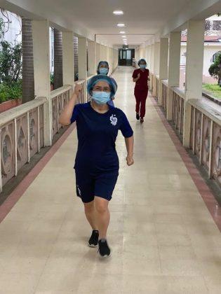 Bác sỹ Bệnh viện Bạch Mai chạy bộ, tập thể thao. Ảnh: Chinh Lương
