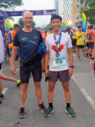 Marcel Lennartz với một runner người Việt. Ảnh: NVCC
