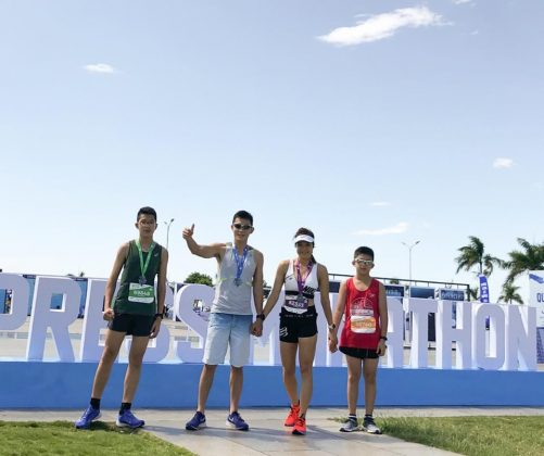 Gia đình siêu nhân ở giải chạy VNEMarathon (Quy Nhơn, Bình Định). Ảnh: NVCC