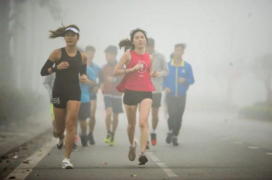 Chị Trang (trái) trong một buổi tập cuối tuần cùng Chay365. Ảnh: Triệu Việt Linh