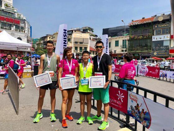 Gia đình anh Định chị Trang ở giải chạy tiếp sức Ekiden