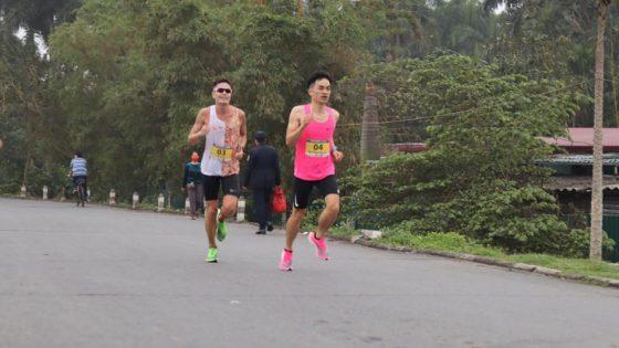 Nhà vô địch Đinh Linh (sau) bắt vòng Huy Thắng (Á quân) cự ly 21km. Ảnh: Đằng Nguyễn