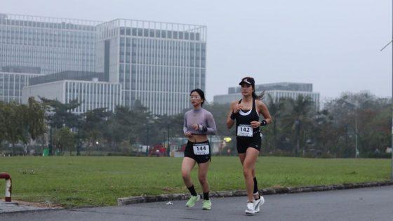 Emma Đặng (trái) và Trang Carmen kéo nhau về đích Sub4 marathon