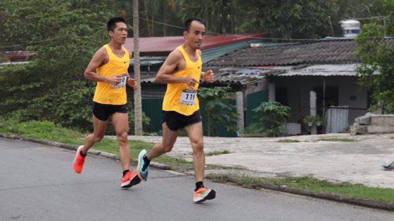 Anh Nguyễn Việt Hùng (phải), 1 trong 4 người thuộc nhóm trên 45 tuổi tham dự Breaking 330, nằm trong Top 10 chung cuộc. Ảnh: Đằng Nguyễn