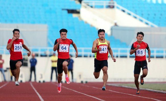 Ngần Ngọc Nghĩa (64) phá KLQG 100m của chính mình. Ảnh: Hải Đăng
