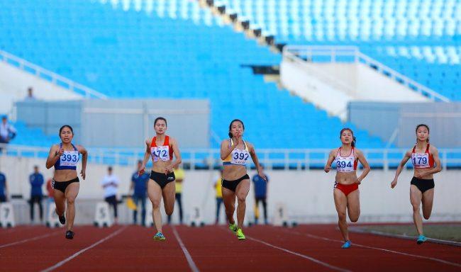 """CK 100m nữ: Điền kinh TP.HCM giành """"cú đúp"""" HCV & HCB do công của Lê Tú Chinh (392) và Hà Thị Thu (393)"""