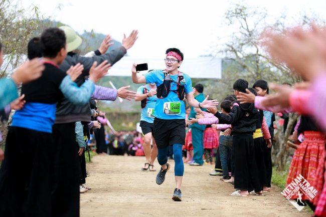Sự cổ vũ vô tư nhiệt tình của người dân địa phương trên đường chạy Vietnam Trail Marathon khiến các runner thích thú. Ảnh: VTM