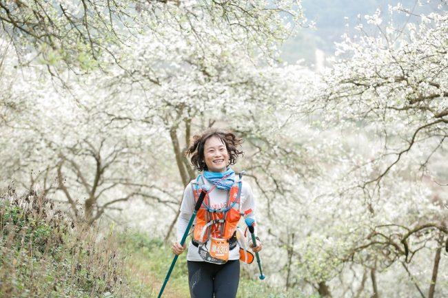 Thung lũng hoa mận trắng trong tiết xuân khiến các runner mê mẩn đường chạy VTM Mộc Châu. Ảnh: VTM