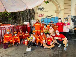 Tiểu Phương, Chi Nguyễn cùng một số bạn bè chạy sáng sớm cầm phong bao lì xì mang niềm vui nho nhỏ đến với các anh chị lao công
