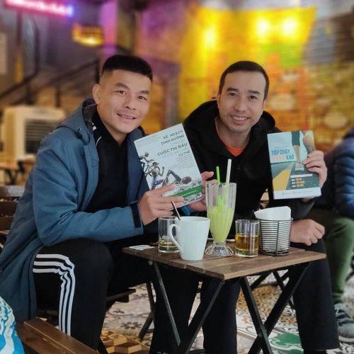 Runner Giang Panda (trái) và Tiến Seven, người hiệu đính một số cuốn sách về chạy bộ. Ảnh: NVCC