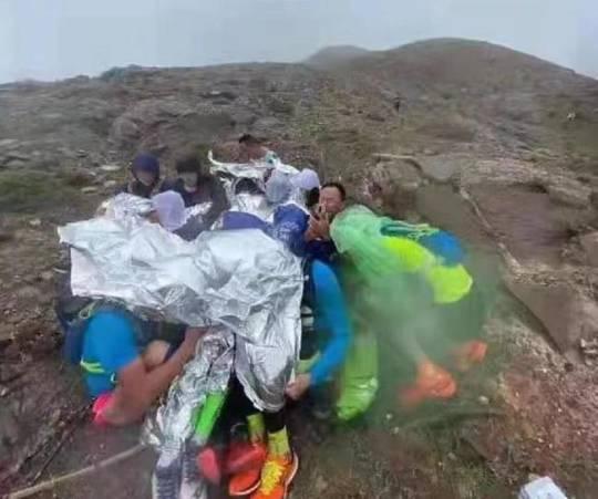 Nhiều người không thể tự leo xuống núi đã tụm lại thành nhóm để giữ thân nhiệt trong lúc chờ cứu hộ.