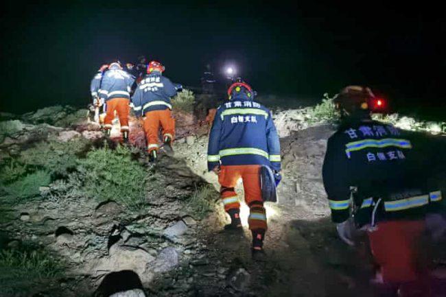 Lực lượng cứu hộ tìm kiếm những VĐV gặp nạn . Ảnh: Xinhua